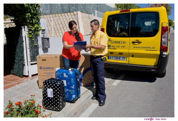 Cartero_de_CORREOS_recogiendo_equipaje_viajera_RENFE